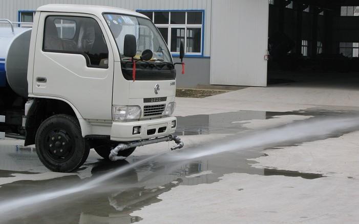 东风小霸王洒水车前冲工作图片